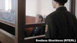 Бывший председатель таможенного комитета Серик Баймаганбетов в зале суда перед вынесением приговора. Астана, 8 января 2013 года.