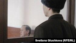 Бывший председатель таможенного комитета Серик Баймаганбетов на скамье подсудимых перед вынесением приговора. Астана, 8 января 2012 года.