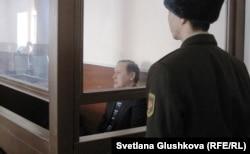 Бывший председатель таможенного комитета Серик Баймаганбетов в зале суда перед вынесением приговора. Астана, 8 января 2012 года.