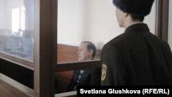 Бывший председатель комитета таможенного контроля Серик Баймаганбетов в зале суда. Астана, 8 января 2013 года.