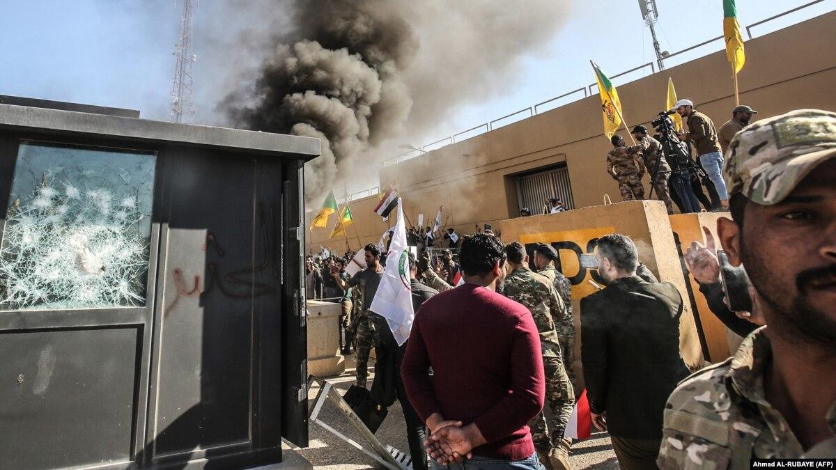 Протестующие штурмовали здание посольства США в Багдаде: есть раненые