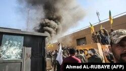 Pripadnici iračke paravojne šiitske milicije Kataeb Hezbolah i demonstranti, tokom napada na Ambasadu SAD u Bagdadu, 31. decembar 2019.