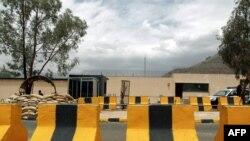 Forcat e sigurisë së Jemenit para Ambasadës së Britanisë në Sana