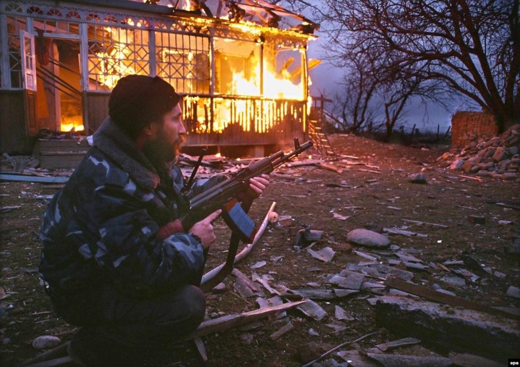 2000 жылдың наурызы. Комсомольское елдімекеніндегі атыстан 700-ден астам адам мерт болды. Олардың көбі – бейбіт тұрғын. Наурыздың ортасында Путин Ресейдегі президент сайлауында жеңіске жетіп, мамырда қызметіне кірісті. Кейін Шешенстанды Кремль толық бақылауына алды.