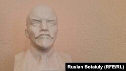 ҚХКП-ның Астана қалалық бөлімшесінің хатшысы Марат Әубәкіровтің кеңсесінде тұрған Ленин мүсіні. Астана, 21 қазан 2015 жыл.