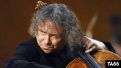 С середины 90-х годов Александр Князев играет не только на виолончели