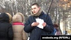 Ян Мельнікаў раздае ўлёткі на Дзень Волі