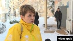 Журналист новостного сайта 365info.kz Александра Алёхова у здания Бостандыкского районного суда. Алматы, 13 ноября 2018 года.