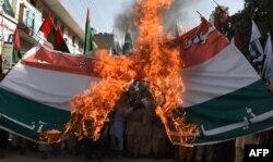 Пакистанцы сжигают индийский флаг