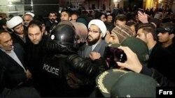صحنهای از تجمع معترضان به اعدام شیخ نمر مقابل سفارت عربستان در تهران
