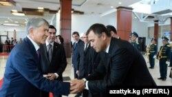 (Çepden saga) Gyrgyzystanyň prezidenti Almazbek Atambaýew, Türkmenistanyň prezidenti Gurbaguly Berdimuhamedow we türkmen delegasiýasynyň resmileri, Bişkek, 5-nji awgust 2015.