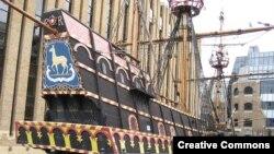 Заинтересовать детей историей можно с помощью пиратского корабля.