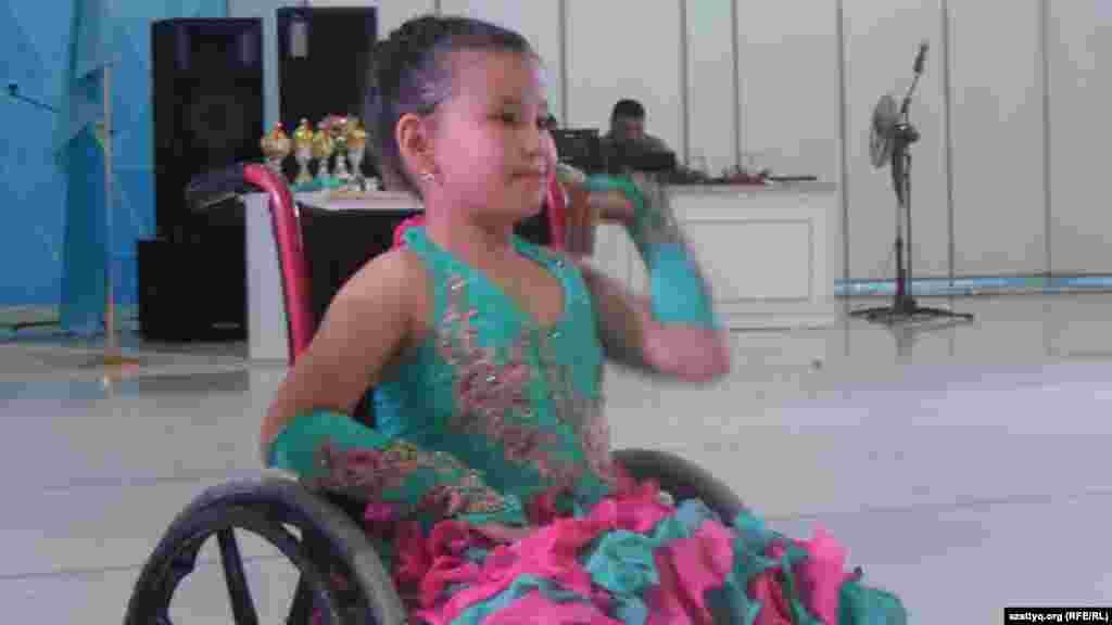 Юная участница соревнований по танцам.