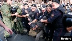 پلیس و نیروهای امنیتی از همان ساعات اولیه پس از اعلام حکم ناوالنی با گروهی از هواداران او درگیر شدند