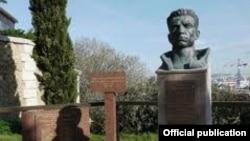 Միսակ Մանուշյանի հուշարձանը Փարիզի Իվրի գերեզմանատանը: