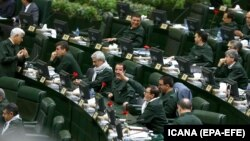 نمایندگان مجلس دهم در نشستی که در فروردین ۹۸، پس از تحریم سپاه پاسداران توسط آمریکا، برگزار شد، همگی لباس رسمی سپاه را بر تن کردند.