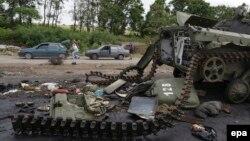 Славянск маңындағы ресейшіл сепаратистердің қираған танкісі. 9 шілде 2014 жыл.