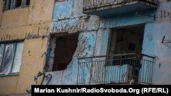 Зруйнована 9-поверхівка на околиці Авдіївки, березень 2016 року