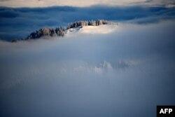 Mjegulla mbulon Dolomitet para Kupës Botërore të sllallomit në Alta Badia.
