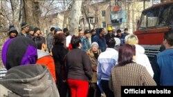 Недовольные жители шестого квартала жилмассива Чиланзар выражают свое недовольство вырубкой многолетних чинар. Ташкент, 16 февраля 2016 года.