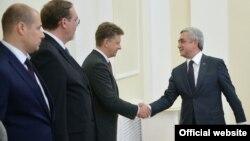 Армения президенті Серж Саргсян (оң жақта) Ресейдің көлік министрі Максим Соколовпен амандасып тұр. Ереван, 26 маусым 2015 жыл.