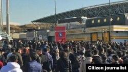 تصویری از اعتراضات به مدیریت دانشگاه آزاد که در پی تصادف مرگبار اتوبوس این دانشگاه شکل گرفت.