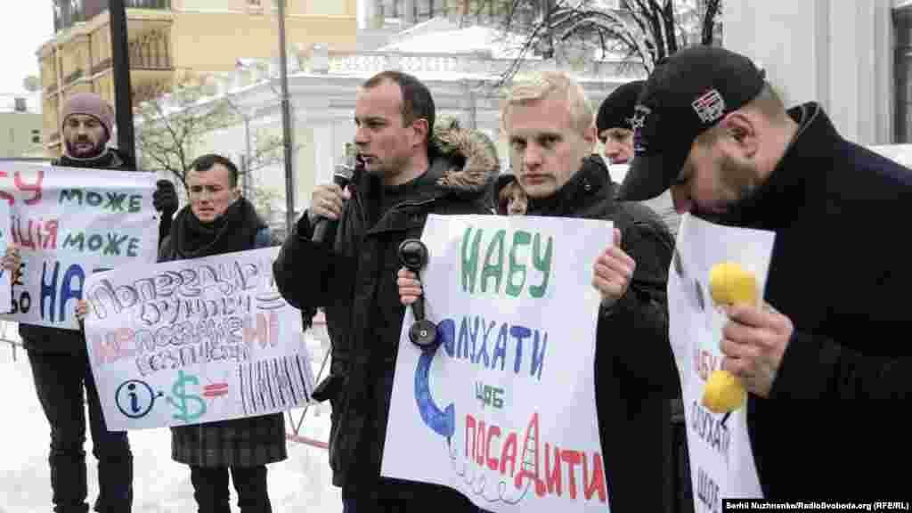 Олексій Гриценко (праворуч), Віталій Шабунін (у центрі), Єгор Соболєв (ліворуч) під час акції «Депутати, альо!»