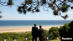 Барак Обама ва Франсуа Олланд дар соҳили Нормандия