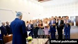 Presidenti i Kosovës, Hashim Thaçi, në ceremoninë e emërimit të gjyqtarëve të rinj