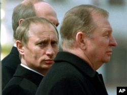 Володимир Путін і Леонід Кучма на церемонії відкриття пам'ятника воїнам, полеглим на Прохоровському полі. 3 травня 2000 року