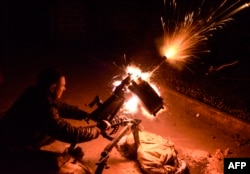 Український військовослужбовець стріляє з гранатомета біля села Піски, 20 жовтня 2014 року