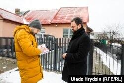 Аўтар падпісвае кнігу Мікалаю Лысянкову