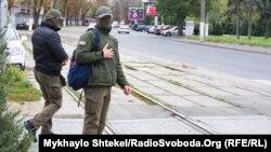 Представник НАБУ поблизу офісу компанії, яку пов'язують із міським головою Одеси Геннадієм Трухановим, 23 жовтня 2017 року