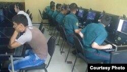 Ուզբեկստան - Ռազմական ուսումնարանի կուրսանտները ինտերնետ-սրճարանում, արխիվ
