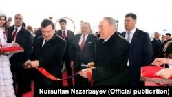 Младший зять президента Узбекистана Шавката Мирзияева Отабек Умаров (запечатлен на заднем плане) часто сопровождает тестя в его зарубежных поездках.