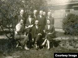 Групповой снимок жителей Бреста во дворе дома по ул. Широкой (совр. бульвар Космонавтов). Второй справа во втором ряду – Леопольд Дмовски, известный юрист и политический деятель, президент Бреста в 1922-27 гг.
