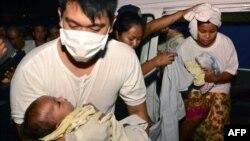 Медики госпитализируют пассажиров, пострадавших в результате столкновения парома с грузовым судном. Кебу (Филиппины), 16 августа 2013 года.