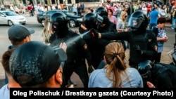 Полицијата интервенира врз демонстранти на мирна протесна акција против режимот Лукашенко, Брест, Белорусија, архивска фотографија