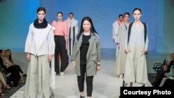 Кыргызстандык дизайнер Аида Робертованын (ортодо) Москвадагы мода көргөзмөсү. Сүрөттүн автору - Дмитрий Бабушкин.
