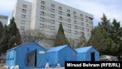 Šatori za trijažu ispred Sveučilišne klinike