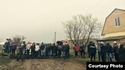 «Щебсклад» саяжайы тұрғындары жолды жауып тұр. Астана, 24 мамыр 2015 жыл. Фото авторы – Алмас Мақсұт.