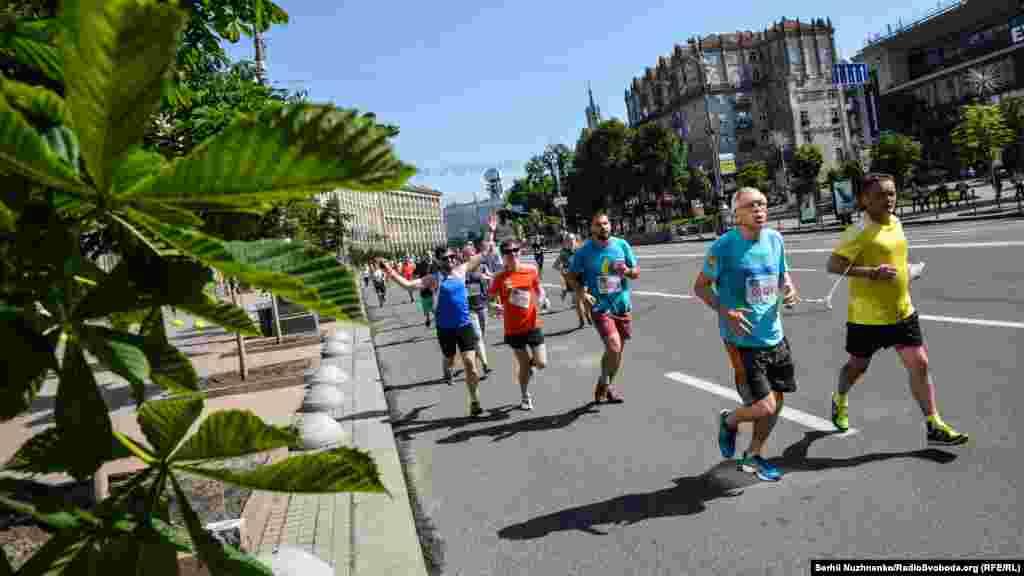 Щорічно у пробігу беруть участь понад 100 корпоративних команд, кількість учасників яких налічує від 5 до 12000 співробітників. Вік наймолодшого зареєстрованого учасника – 1 місяць, найстаршого – 98 років