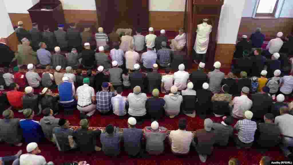 Qurban Bayramını keçirmek içün musulmanlar boy abdesti ala ve temiz urbalar kiyeler. Qarasuvbazar