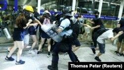 سرکوب معترضان در فرودگاه هنگکنگ، سهشنبه ۲۲ مرداد امسال