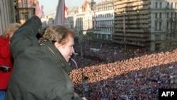 Вацлав Гавел вітає тисячі демонстрантів на площі у Празі, 1989 рік