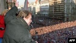 Вацлав Хавел му се обраќа на насобраниот народ на плоштадот Вацлавске Намјести во Прага на 10 декември1989 година.