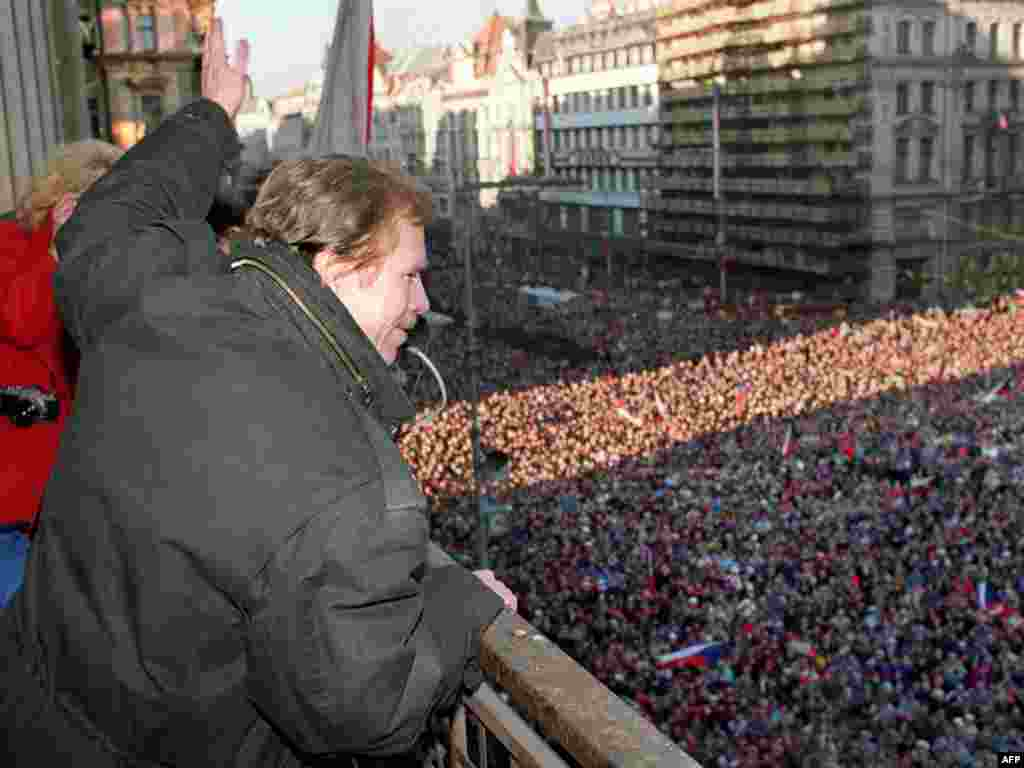 Vaclav Havel, a leading member of the Czechoslovak opposition, waves to the crowd of demonstrators on Wenceslas Square in Prague on December 10, 1989.