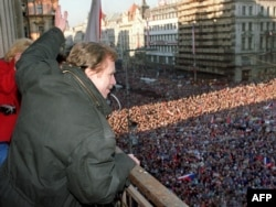1989 елның 10 декабрендә Вацлав Һавел Праганың Вацлав мәйданында чыгыш ясый