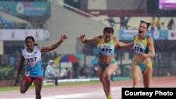 Казахстанские бегуньи Ольга Сафронова (в центре) и Виктория Зябкина (справа) на чемпионате Азии в индийском городе Бхубанешвар.