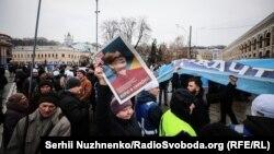 Люди з плакатами «Хто замовив Катю Гандзюк?» на акції прихильників кандидатки у президенти Юлії Тимошенко. Київ, 9 лютого 2019 року